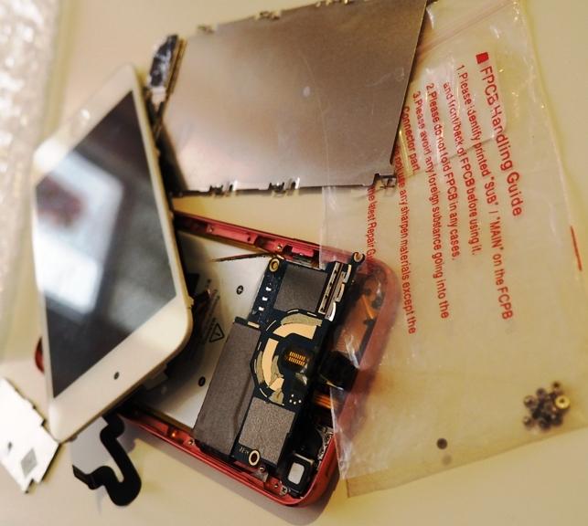 в сервисе по ремонту APPLE отдали разобранным на мелкие детали