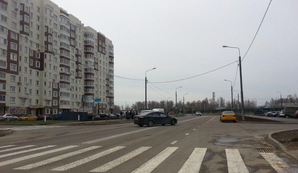 Дорожники нарисовали двойную сплошную там где раньше был выезд со двора на Нововатутинском проспекте
