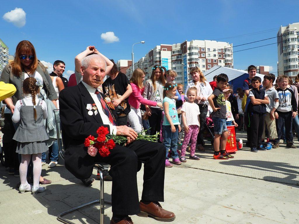 Жители Новых Ватутинок, приняли активное участие, праздновании, Дня Победы, площади, район